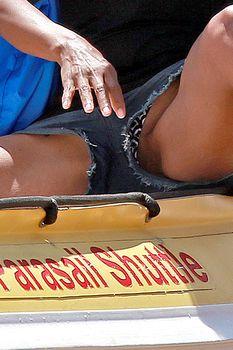 Сексуальная Холли Берри раздвинула ножки в Мауи фото #4