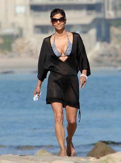 Холли Берри в купальнике на пляже Малибу фото #1