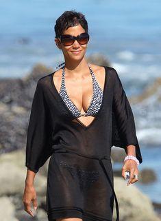 Холли Берри в купальнике на пляже Малибу фото #2