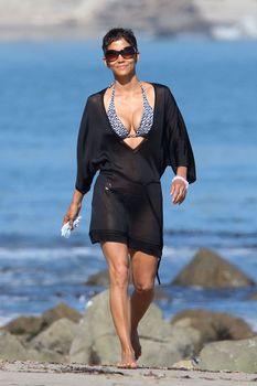 Холли Берри в купальнике на пляже Малибу фото #3