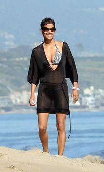 Холли Берри в купальнике на пляже Малибу фото #5