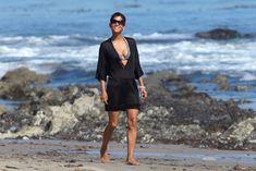 Холли Берри в купальнике на пляже Малибу фото #6