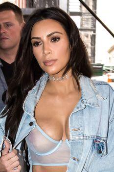 Ким Кардашьян в прозрачном бюстгальтере фото #2