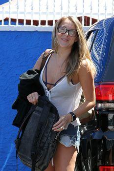 Алекса Вега в наряде с глубоким декольте в Голливуде фото #1