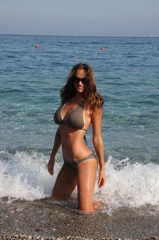 Пышногрудая Алена Водонаева в бикини на пляже фото #2