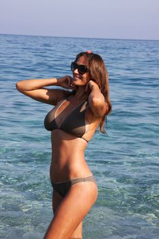 Пышногрудая Алена Водонаева в бикини на пляже фото #5