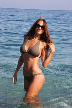 Пышногрудая Алена Водонаева в бикини на пляже фото #6