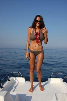 Пышногрудая Алена Водонаева в бикини на пляже фото #9