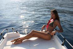 Пышногрудая Алена Водонаева в бикини на пляже фото #10