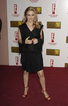 Алисия Сильверстоун появилась без лифчика на Awards Critics Choice фото #2
