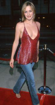 Открытое декольте Алисии Сильверстоун на премьере «Мулен Руж» фото #9