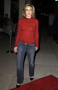 Алисия Сильверстоун без лифчика на публике фото #7
