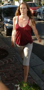 Взбудораженные соски Алисии Сильверстоун в майке фото #1