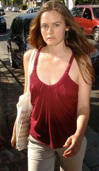 Взбудораженные соски Алисии Сильверстоун в майке фото #2