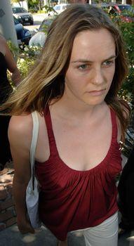 Взбудораженные соски Алисии Сильверстоун в майке фото #4