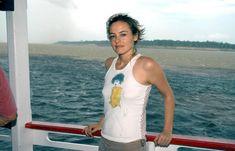Торчащие соски Алисии Сильверстоун сквозь майку фото #2