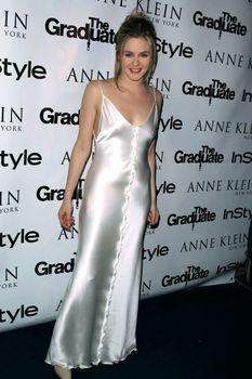 Алисия Сильверстоун засветила соски в атласном платье фото #2