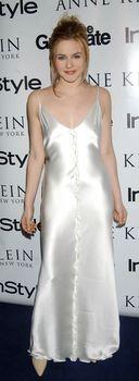 Алисия Сильверстоун засветила соски в атласном платье фото #3