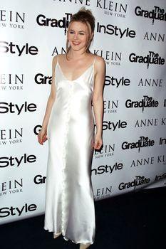 Алисия Сильверстоун засветила соски в атласном платье фото #4