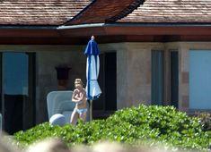 Бритни Спирс отдыхает топлесс на пляже фото #5