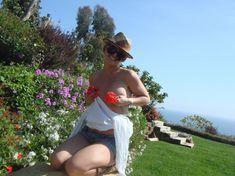 Эротичная Бритни Спирс позирует без лифчика среди цветов фото #3
