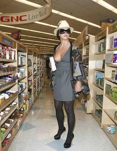 Горячая Бритни Спирс без нижнего белья в городе фото #7
