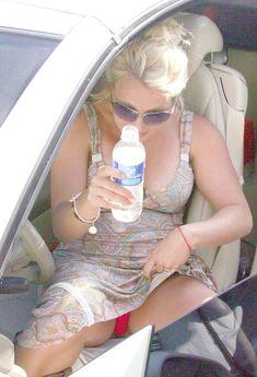 Соблазнительная Бритни Спирс засветила розовые трусики в машине фото #1