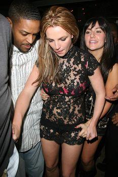 Неугомонная Бритни Спирс засветила розовое бельё под прозрачным платьем фото #7