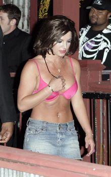 Пикантный образ Бритни Спирс в розовом лифчике на улицах Лос-Анджелеса фото #1