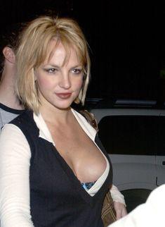 Грудастая Бритни Спирс продемонстрировала своё шикарное декольте фото #2