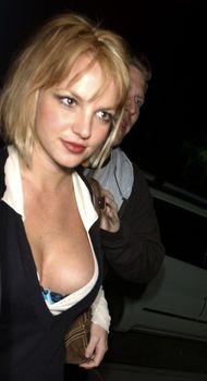 Грудастая Бритни Спирс продемонстрировала своё шикарное декольте фото #5