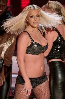 Фигуристая Бритни Спирс в белье на сцене MTV Video Music Awards фото #7
