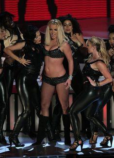Фигуристая Бритни Спирс в белье на сцене MTV Video Music Awards фото #9