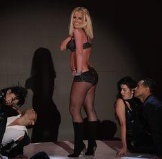 Фигуристая Бритни Спирс в белье на сцене MTV Video Music Awards фото #12