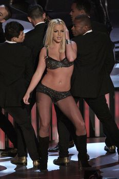 Фигуристая Бритни Спирс в белье на сцене MTV Video Music Awards фото #13