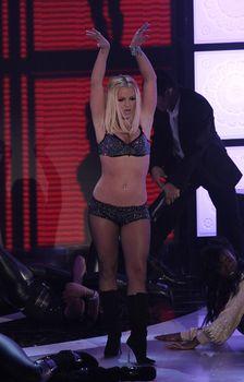 Фигуристая Бритни Спирс в белье на сцене MTV Video Music Awards фото #14