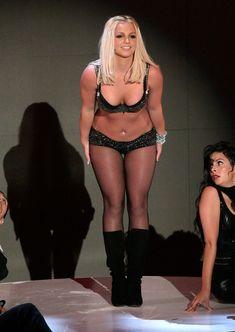 Фигуристая Бритни Спирс в белье на сцене MTV Video Music Awards фото #15