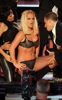 Фигуристая Бритни Спирс в белье на сцене MTV Video Music Awards фото #17