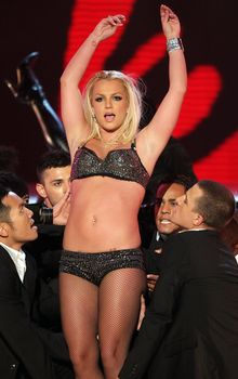 Фигуристая Бритни Спирс в белье на сцене MTV Video Music Awards фото #19