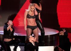 Фигуристая Бритни Спирс в белье на сцене MTV Video Music Awards фото #22