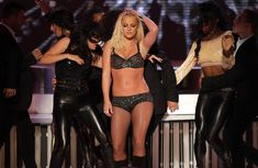 Фигуристая Бритни Спирс в белье на сцене MTV Video Music Awards фото #23