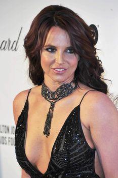 Откровенное декольте Бритни Спирс на Elton John AIDS Foundation Academy Awards Viewing Party фото #3