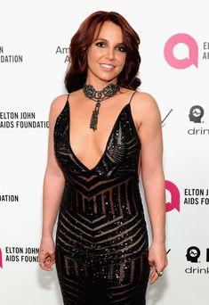 Откровенное декольте Бритни Спирс на Elton John AIDS Foundation Academy Awards Viewing Party фото #6