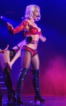 Сексуальная Бритни Спирс в эротическом белье раздвинула ножки на сцене фото #1