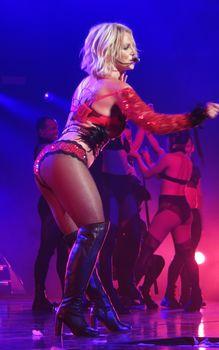 Сексуальная Бритни Спирс в эротическом белье раздвинула ножки на сцене фото #2