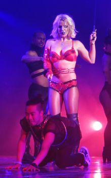 Сексуальная Бритни Спирс в эротическом белье раздвинула ножки на сцене фото #3