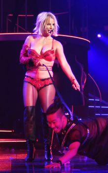 Сексуальная Бритни Спирс в эротическом белье раздвинула ножки на сцене фото #4
