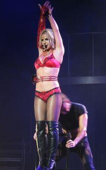 Сексуальная Бритни Спирс в эротическом белье раздвинула ножки на сцене фото #5