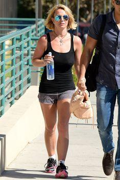 Красотка Бритни Спирс гуляет без лифчика в Westlake Village фото #1