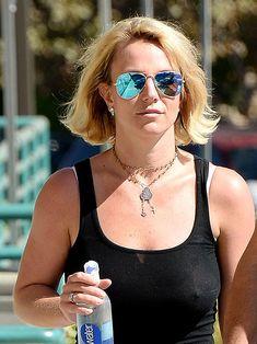 Красотка Бритни Спирс гуляет без лифчика в Westlake Village фото #3